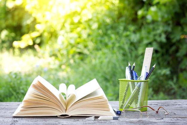 Reserve com o escritório, o conceito do dia do conhecimento