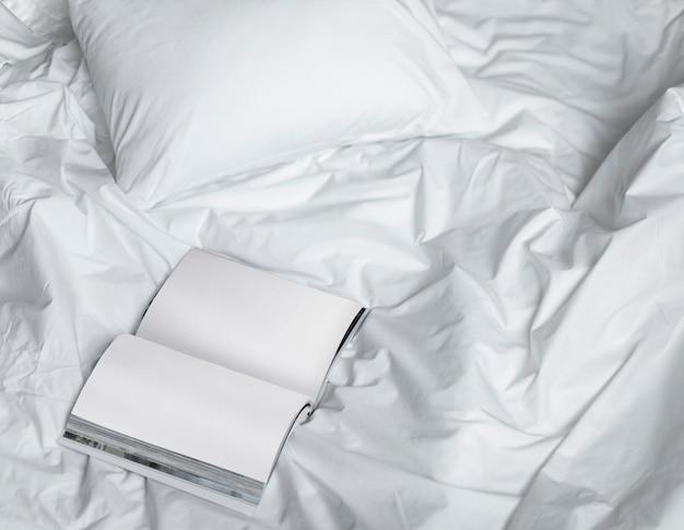 Reserve na cama bagunçada