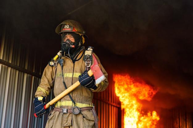 Resgatar homem em uniforme de bombeiro e máscara de oxigênio.
