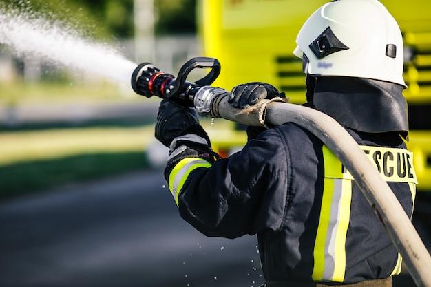 Resgate bombeiro homem batalha contra um incêndio.
