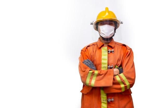 Resgate de bombeiro, retrato de bombeiro em pé usar máscara protetora para evitar a pandemia de coronavírus (covid-19) isolada no fundo branco.