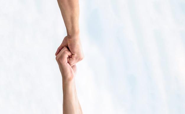 Resgate, gesto de ajuda ou mãos. duas mãos, ajudando o braço de um amigo, trabalho em equipe
