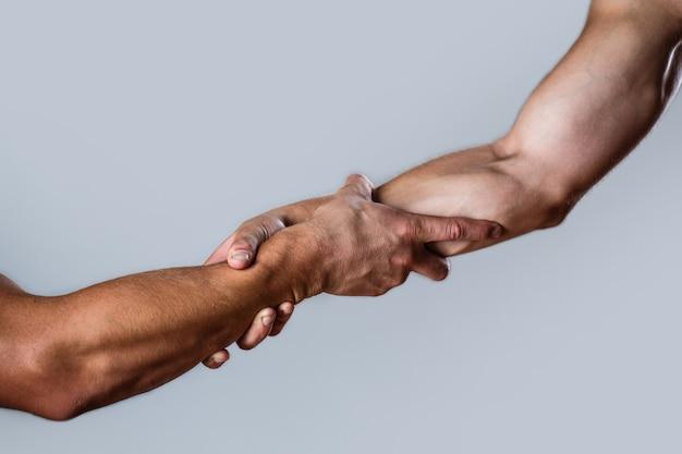Resgate, gesto de ajuda ou mãos