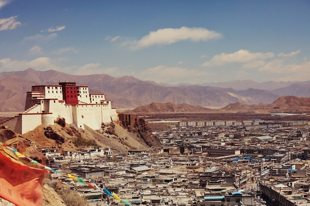 Residência de panchen lama chamada little potala na cidade de shigatse, tibete, china.