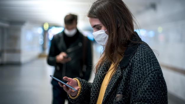 Residentes com máscaras de proteção caminhando na passagem subterrânea