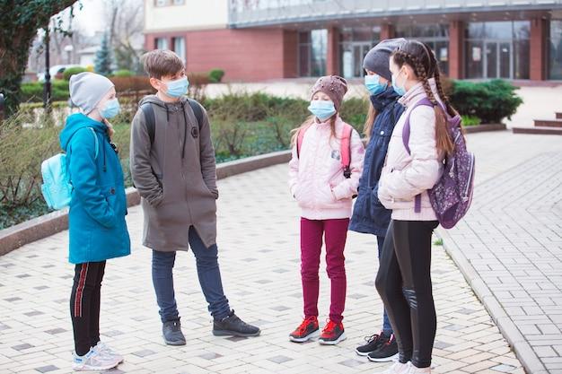 Residentes da cidade adultos e crianças observam a quarentena e usam máscaras.