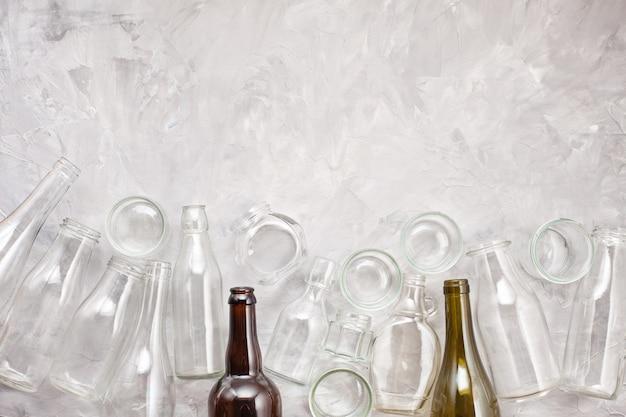 Resíduos de diferentes recipientes de vidro prontos para reciclagem