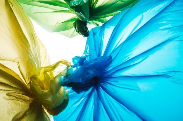 Resíduos de plástico descartáveis coloridos