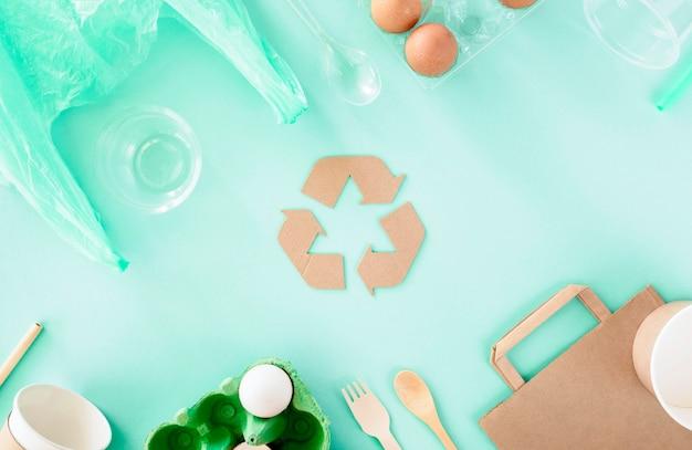 Resíduos de plástico e cartão de vista superior