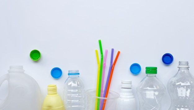 Resíduos de plástico na superfície branca