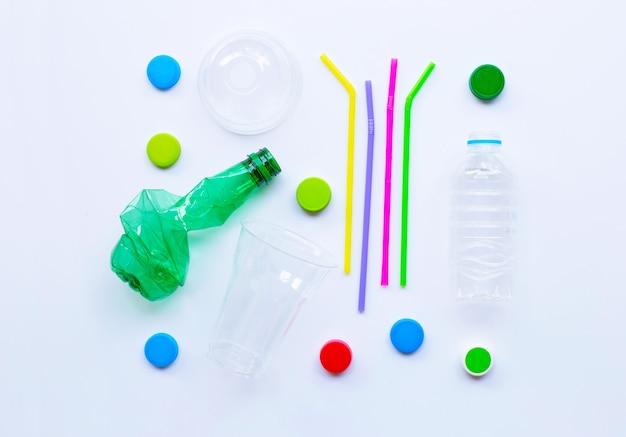 Resíduos de plástico no fundo branco.