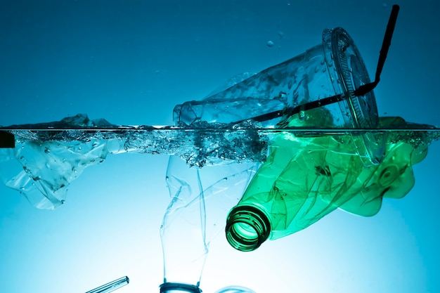 Resíduos de plástico poluindo o oceano
