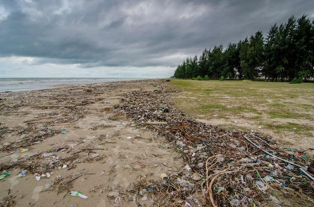 Resíduos de plástico que enchem a praia