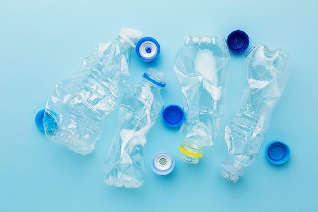 Resíduos plásticos de garrafas e tampas de vista superior