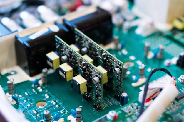 Resistores, capacitores e outros componentes eletrônicos de micro chip dentro do computador close-up