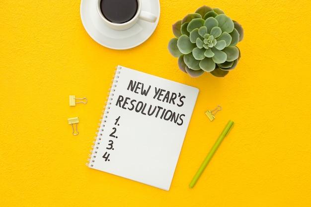 Resoluções de ano novo com decorações de natal isoladas