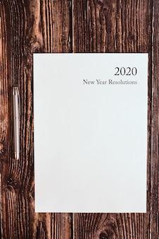 Resoluções de ano novo de 2020 escritas em uma folha em branco.