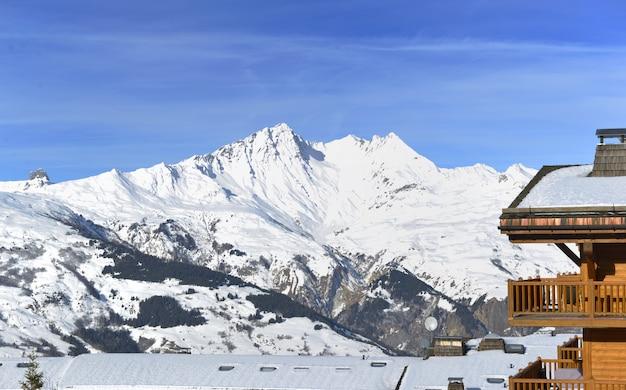 Resort de construção em frente ao pico da montanha de neve