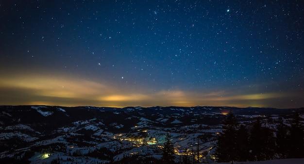 Resort europeu de esqui noturno com vapor e fumaça