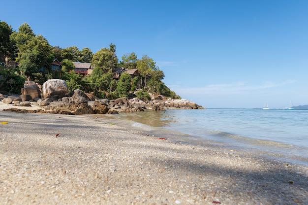 Resort na colina com praia de areia branca