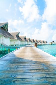 Resort tropical nas maldivas, hotel e ilha com praia e mar para o conceito de férias de férias - impulsione o estilo de processamento de cores