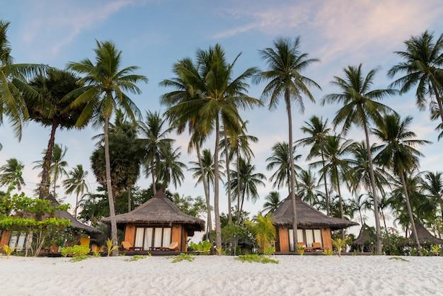 Resorts na ilha ao lado da praia do mar