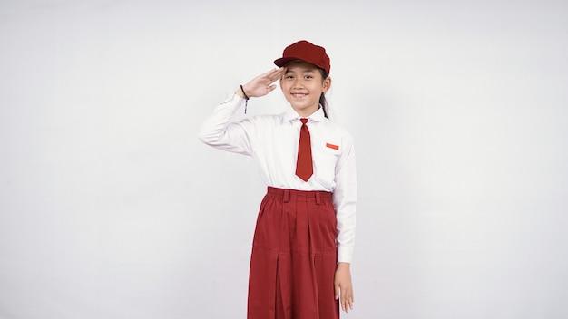Respeitosa menina asiática do ensino fundamental isolada no fundo branco
