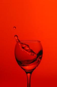 Respingo de água no copo de vinho