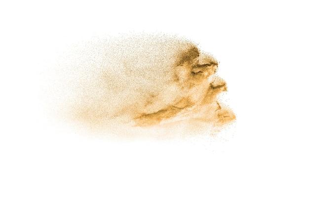 Respingo de areia de cor marrom contra um fundo branco. explosão de areia de rio seco.