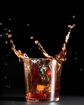 Respingo de bebida alcoólica em um copo
