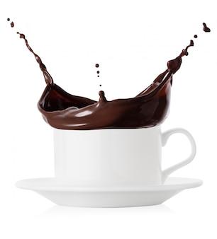 Respingo de chocolate quente em xícara e pires brancos