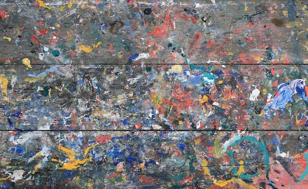 Respingo de cor acrílica no fundo da mesa de madeira