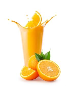 Respingo de fatia de laranja em smoothie ou iogurte