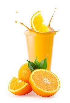 Respingo de fatia de laranja em vidro batido ou iogurte