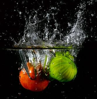 Respingo de maçã e pera espinhosa na água