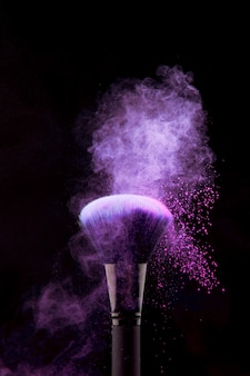 Respingo de pó roxo na escova de maquiagem