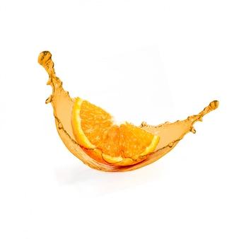 Respingo de suco de fruta laranja fresca em branco
