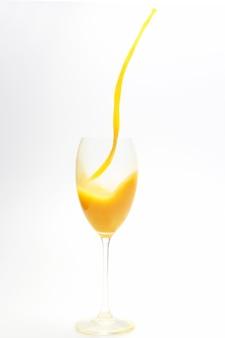 Respingo de suco de laranja no copo em fundo branco. alimentos saudáveis e com vitaminas
