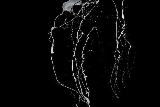 Respingo de tinta branca isolado em fundo preto.