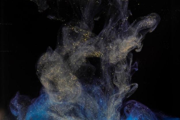 Respingo de tinta de cor abstrata isolado em fundo preto