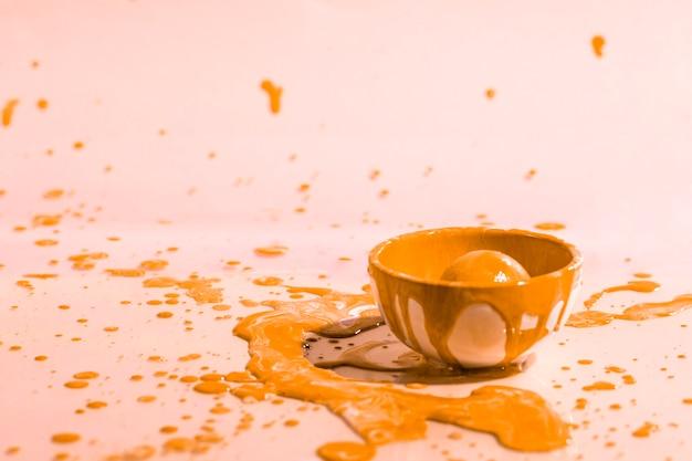 Respingo de tinta laranja e copo abstrato