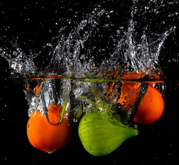 Respingo de várias frutas na água