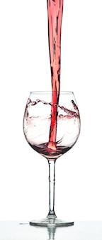 Respingo de vinho tinto sobre fundo branco no estúdio
