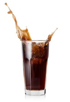 Respingo em um copo de coca-cola