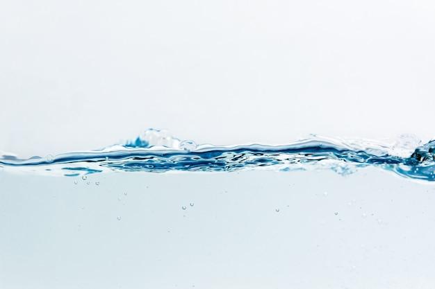 Respingos de água com bolhas de ar, isolado no fundo branco