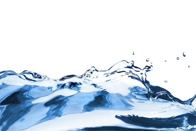 Respingos de água com onda isolada no branco