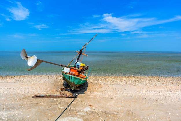 Respingos de água do pescador e barco