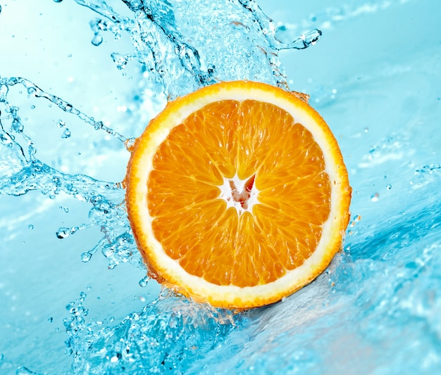 Respingos de água doce na laranja