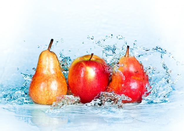 Respingos de água doce na maçã vermelha e pêra