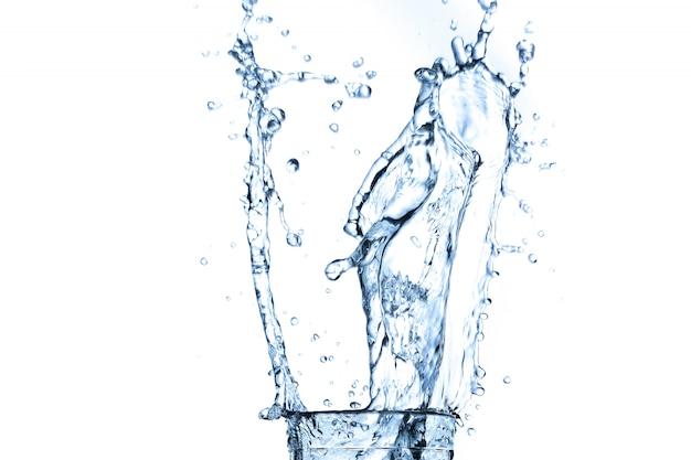 Respingos de água em vidro isolado no branco